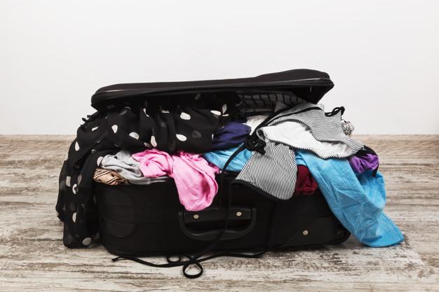 unvorsichtiges-packen-von-kleidung-in-schwarzen-koffer_89386-1446.jpg